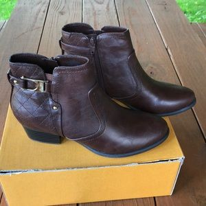 Unisa Brown Womens Ankle Boot size 9M